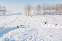 Dziecko przejażdżka na tubingu Zimy rozrywka Narciarstwo w zimie Śnieżna zabawa w zimie Zabawa w zimie tubing Zdjęcia Stock