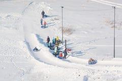 Dziecko przejażdżka na tubingu Zimy rozrywka Narciarstwo w zimie Śnieżna zabawa w zimie Zabawa w zimie tubing Zdjęcie Stock