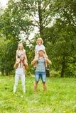 Dziecko przejażdżka z tyłu ich rodziców fotografia stock