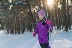 Dziecko przejażdżki na nartach las w zimy zimy narty dziecku zdjęcie stock