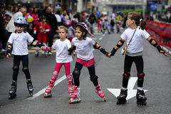 Dziecko przejażdżki rolowniki przy Belgrade Rollerskates rasą Obrazy Stock