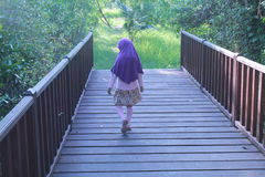 Dziecko przy Drewnianym mostem fotografia royalty free