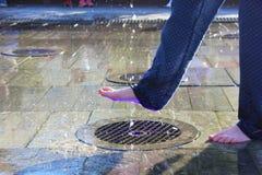 Dziecko przy fontann? zdjęcie stock