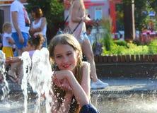 Dziecko przy fontann? fotografia stock