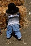 Dziecko przy Haystack Obrazy Royalty Free