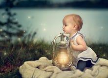 Dziecko przy jeziorem Zdjęcie Royalty Free