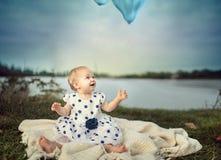 Dziecko przy jeziorem Zdjęcia Royalty Free