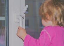 Dziecko przy nadokiennym czekaniem dla rodziców zdjęcia royalty free