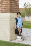 Dziecko przy szkołą Zdjęcia Royalty Free