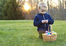 Dziecko przy Wielkanocnego jajka polowaniem Zdjęcia Royalty Free
