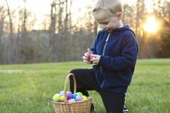 Dziecko przy Wielkanocnego jajka polowaniem Obraz Stock