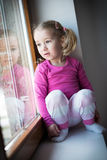 Dziecko przyglądający out okno Fotografia Royalty Free