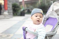 Dziecko przyglądający z powrotem Zdjęcie Royalty Free