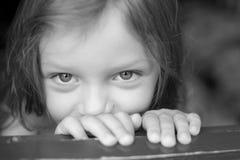 dziecko przygląda się s Zdjęcia Royalty Free