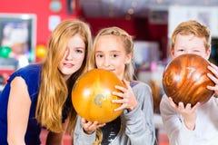 Dziecko przyjaciele bawić się wpólnie przy kręgle centrum Zdjęcia Royalty Free
