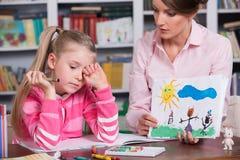 Dziecko psycholog dyskutuje rysunek dziewczyny troszkę Zdjęcia Royalty Free