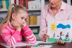 Dziecko psycholog dyskutuje rysunek dziewczyny troszkę Zdjęcia Stock