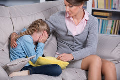 Dziecko psycholog z dziewczyną troszkę Fotografia Stock