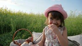 Dziecko Pykniczna natura, Śliczny mała dziewczynka portreta łasowania Bagel, ciasto produkt, napoju mleko przy zmierzchem, dzieci zdjęcie wideo