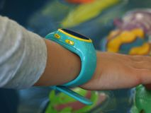 Dziecko ręka z mądrze zegarkiem obraz royalty free