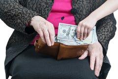 Dziecko ręka bierze pieniądze od babci zdjęcie royalty free