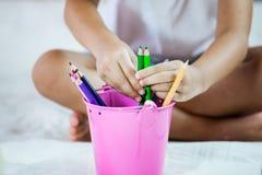 Dziecko ręka wybiera kredkę Obraz Stock