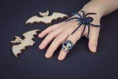 Dziecko ręka z czaszka pierścionkiem trzyma pająka obrazy royalty free