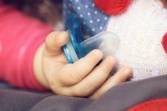 Dziecko ręka z krzemu pacyfikatorem fotografia royalty free