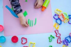 Dziecko ręki bawić się z plasteliną Zdjęcia Royalty Free