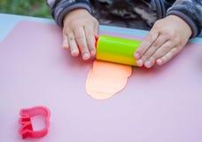 Dziecko ręki bawić się z plasteliną Obrazy Stock