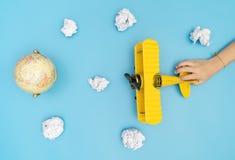 Dziecko ręki ciągnięcia samolot na niebie dla Ziemskiej kuli ziemskiej podróży Obrazy Royalty Free