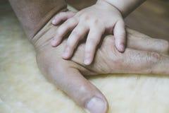 Dziecko ręki na dziad ręce obrazy royalty free