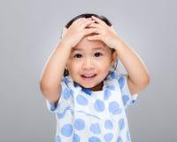 Dziecko ręki pokrywa z stłuczeniem Obraz Royalty Free