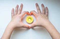 Dziecko ręki serca świeczka Obraz Royalty Free