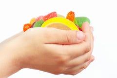 Dziecko ręki z kolorowym fruity cukierki zbliżeniem Zdjęcie Stock