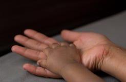 dziecko ręka jego matka s Fotografia Stock