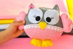 Dziecko ręka trzyma zabawkarskiej sowy Zdjęcia Royalty Free