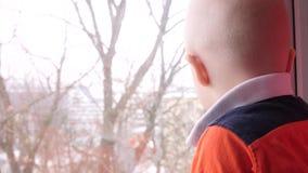 Dziecko raduje się uśmiecha się Rysuje rękę na okno swobodny ruch Szczęśliwi dzieci spojrzenia za okno zbiory