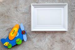 Dziecko rama dla dziecko prysznic projekta na szarym tło odgórnego widoku egzaminie próbnym i zabawki Zdjęcia Stock