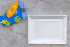 Dziecko rama dla dziecko prysznic projekta na szarym tło odgórnego widoku egzaminie próbnym i zabawki Obraz Royalty Free