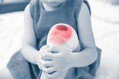 Dziecko raniący Rani na dziecka ` s kolanie z bandażem Zdrowie ludzkie Obraz Royalty Free