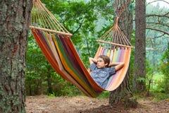 Dziecko relaksuje w hamaku outdoors Zdjęcia Stock