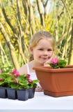 Dziecko relaksuje w ogródzie Fotografia Royalty Free