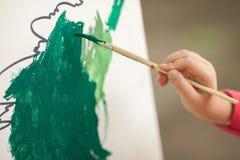 Dziecko remisów farby na papierze children& x27; s rysunek ręka t Obrazy Royalty Free