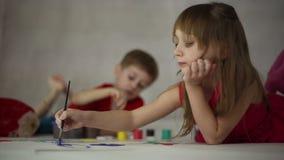 Dziecko remis na papierze zbiory wideo
