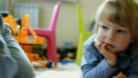 Dziecko remis w domu zbiory wideo