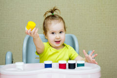 Dziecko remisy z palcami Zdjęcie Royalty Free