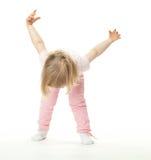 dziecko robi ćwiczeń dziewczyny małemu sportowi Zdjęcia Royalty Free