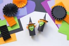 Dziecko robi Halloweenowej czarownicy lali od papieru rękami zdjęcia stock