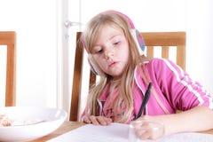 Dziecko robi jej pracie domowej Zdjęcia Royalty Free